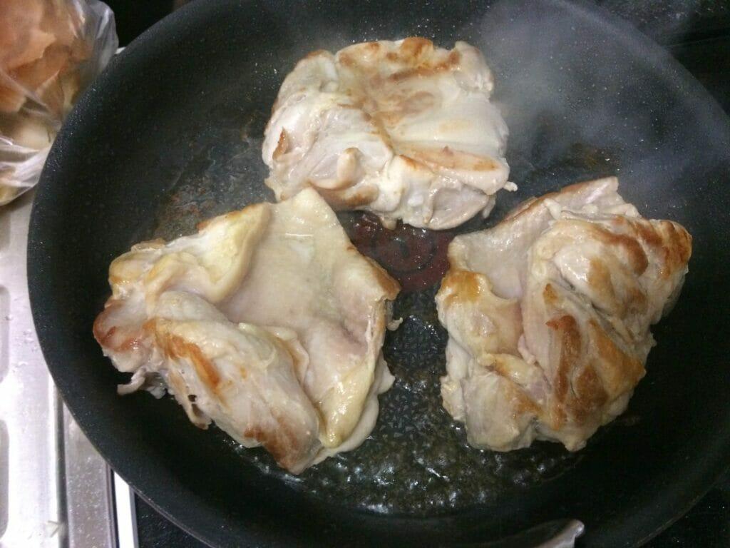 鶏モモを炒める